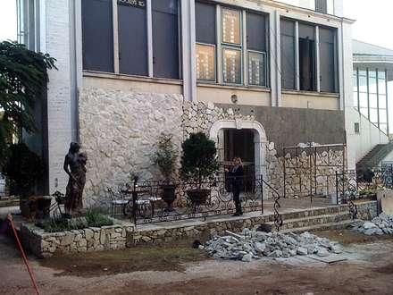 koloniale Häuser von STUDIO AGUIAR E  DINIS