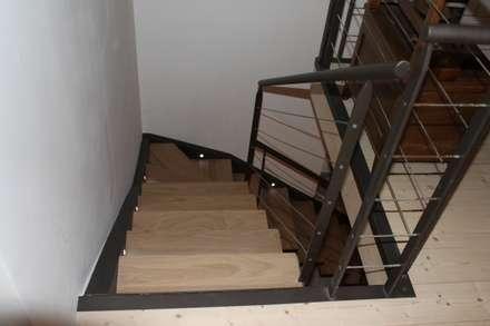 escalier métal et chêne: Escaliers de style  par BIEN DANS MA DECO