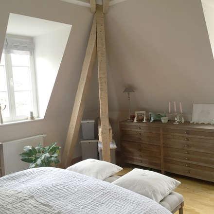Schlafzimmer mit Balken: landhausstil Schlafzimmer von Charme de Provence