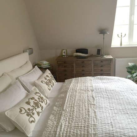 Inneneinrichtung für eine Stadtwohnung einer jungen Familie mit Kindern: landhausstil Schlafzimmer von Charme de Provence