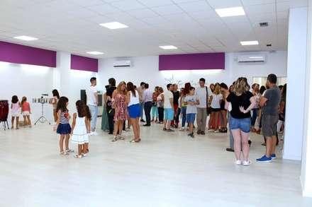 Reforma Local Escuela de Baile: Escuelas de estilo  de AZ55 Arquitectura