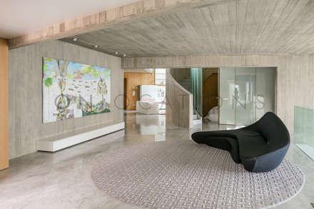 Casa Stella: Pasillos y vestíbulos de estilo  de On Locations