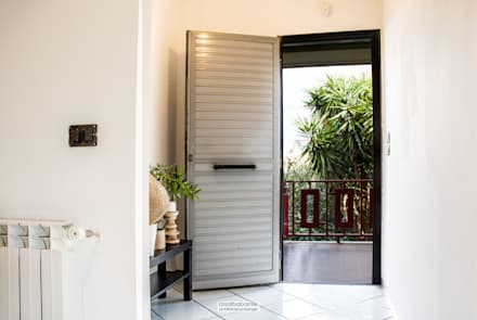 casa GC: Ingresso & Corridoio in stile  di rosalba barrile architetto