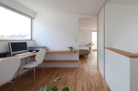 キッチンが中心の家: 株式会社 井川建築設計事務所が手掛けた書斎です。