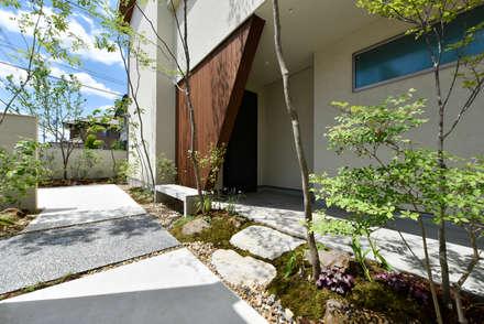 玄関はナナメ壁で少し隠してプライバシーを確保: タイコーアーキテクトが手掛けた家です。