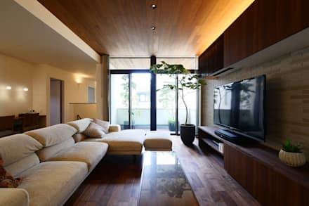 バルコニーまで連続する木の天井: タイコーアーキテクトが手掛けたリビングです。
