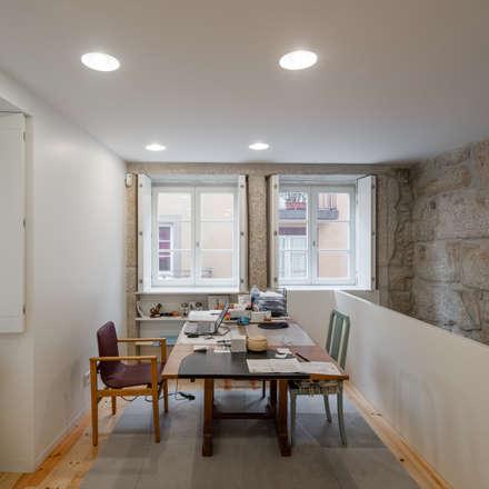 Sala de jantar: Salas de jantar clássicas por NVE engenharias, S.A.