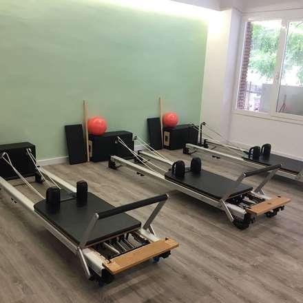 Moofit Pilates: Gimnasios domésticos de estilo moderno de Unik For You sl