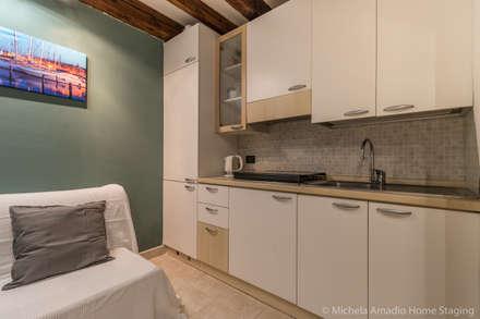Venezia Dorsoduro - SHORT LET - Trasformazione affitto turistico/affitti brevi: Cucinino in stile  di MICHELA AMADIO - Valorizza e Vendi