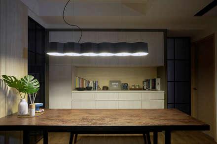 系統與木皮:  餐廳 by 禾廊室內設計