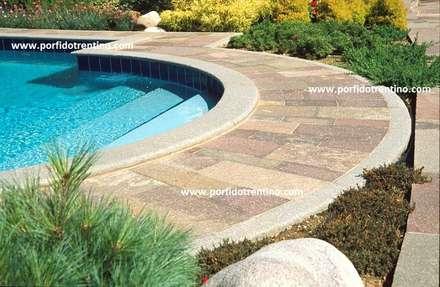 BORDO PISCINA IN PORFIDO: Giardino con piscina in stile  di PORFIDO TRENTINO SRL