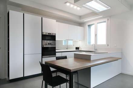 K12: Cucina in stile in stile Minimalista di Andrea Picinelli