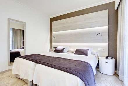 HOTEL GRAN VISTA (MALLORCA): Dormitorios de estilo mediterráneo de inzinkdesign