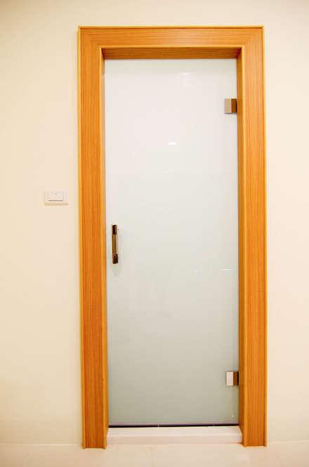Puertas de vidrio de estilo  por 中圓泰 / 淋浴拉門