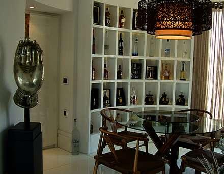 Residencia Alves: Adegas modernas por STUDIO AGUIAR E  DINIS