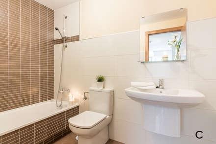 BAÑO: Baños de estilo moderno de CCVO Design and Staging