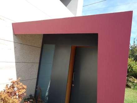 Casa do Esqueiro: Portas principais  por ® PERFIL┳ Arquitectura