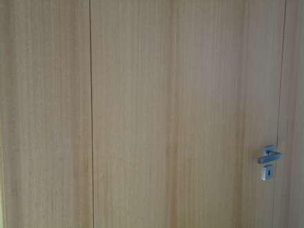 Casa do Esqueiro: Portas de madeira  por ® PERFIL┳ Arquitectura