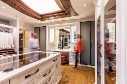 Ankleidezimmer aus Naturholz : klassische Ankleidezimmer von BAUR WohnFaszination GmbH