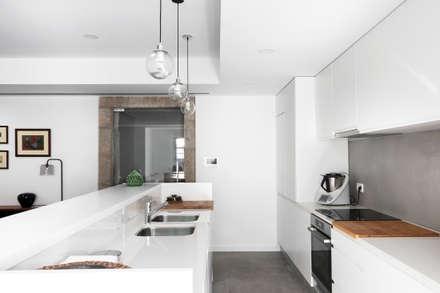 Palacete Largo Paulo Orósio - Kitchenette: Cozinhas minimalistas por Criat Unipessoal Lda