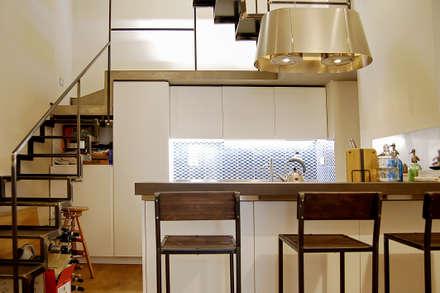OSTILIA APARTMENT: Cucina attrezzata in stile  di LAB87