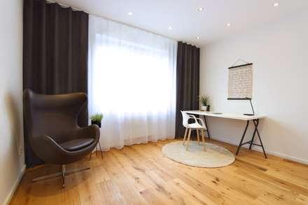 Home Staging Arbeitszimmer: moderne Arbeitszimmer von StageBella