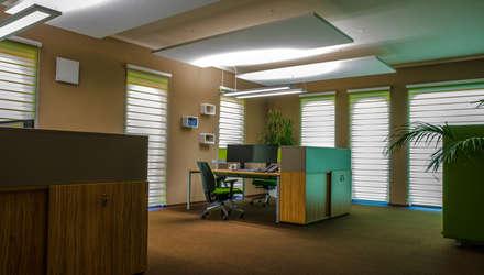 Modernes genussvolles Büro: moderner Multimedia-Raum von Mobili