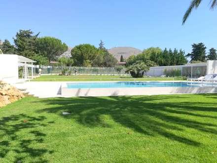 Giardino Privato con piscina: Giardino con piscina in stile  di STUDIO D'AMICO