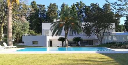 Prospetto su giardino: Giardino con piscina in stile  di STUDIO D'AMICO
