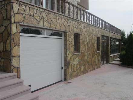 Puertas de garaje de estilo  de YALÇIN MİMARLIK & DEKORASYON