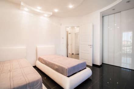 DIANA_Camera singola: Camera da letto in stile in stile Classico di ErreBi Home