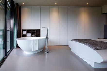 Bad in slaapkamer: moderne Slaapkamer door Yben Interieur en Projectdesign
