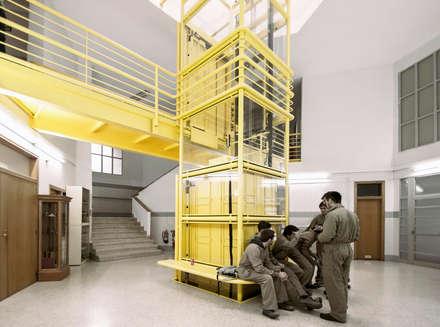 El Bicho Amarillo: Escaleras de estilo  de MLMR Architecture Consultancy