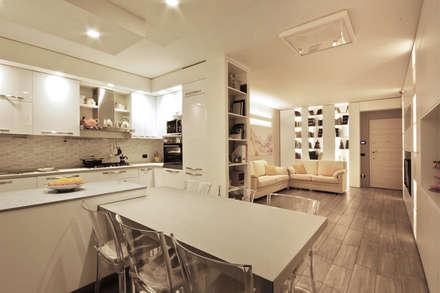 Soggiorno Moderno in una Villetta in Brianza: Sala da pranzo in stile in stile Moderno di JFD - Juri Favilli Design