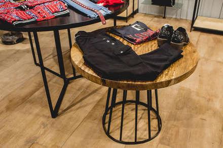 Mesa : Galerías y espacios comerciales de estilo  por Mon Estudio