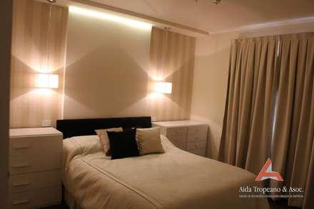DORMITORIOS: Dormitorios de estilo moderno por Aida Tropeano & Asoc.