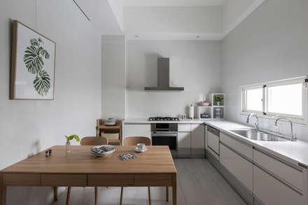 scandinavian Dining room by 裏築空間設計 Lizhu Design