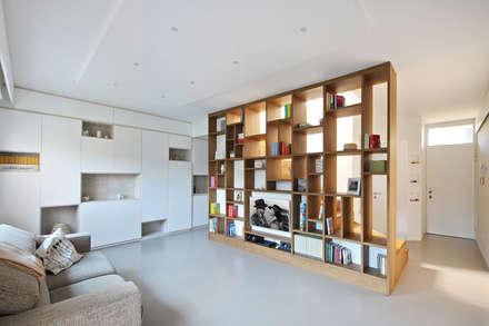 Libreria Moderna in Legno: Soggiorno in stile in stile Scandinavo di JFD - Juri Favilli Design