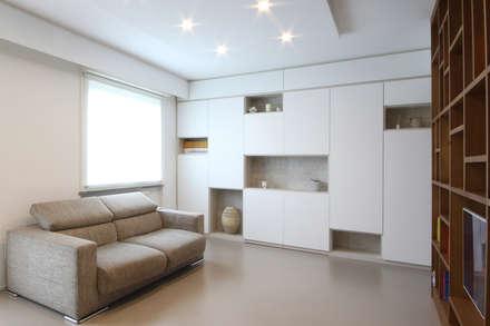 Mobile su Misura Bianco: Soggiorno in stile in stile Scandinavo di JFD - Juri Favilli Design