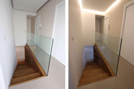 Scala con Parapetto in Cristallo: Scale in stile  di JFD - Juri Favilli Design