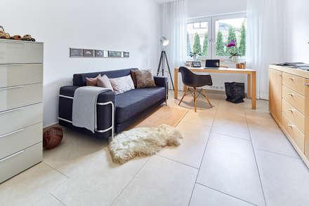 LUXHAUS Kundenhaus 01: moderne Arbeitszimmer von Lopez-Fotodesign
