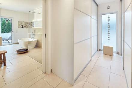 LUXHAUS Kundenhaus 01: moderne Ankleidezimmer von Lopez-Fotodesign
