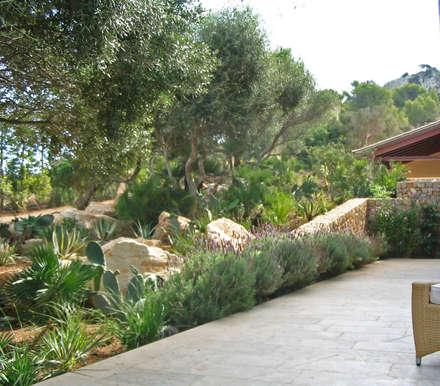 Villengärten auf Mallorca:  Terrasse von guba + sgard Landschaftsarchitekten