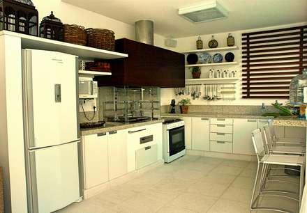 Residencia Carvalho: Cozinhas tropicais por STUDIO AGUIAR E  DINIS