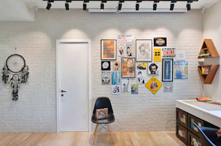 Entertainment/ Projector Screen Wall:  Walls by SAGA Design