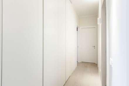 Un appartamento rinnovato da zero: Spogliatoio in stile  di CLM Arredamento
