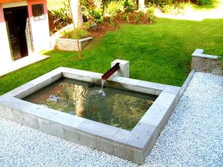 Laghetto da giardino in stile  di Jardineros de interior