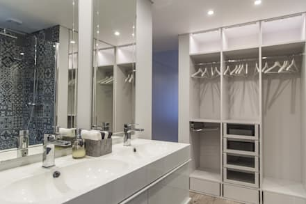 : Casas de banho ecléticas por Conceitos Itinerantes