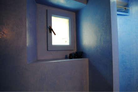 Rivestimento bagno in resina: Bagno in stile in stile Scandinavo di Due Punto Zero