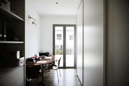 Abitazione privata - Carate Brianza: Studio in stile in stile Moderno di CN Arredamento Design Srl